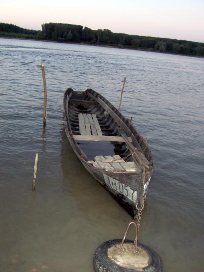 дървена лодка