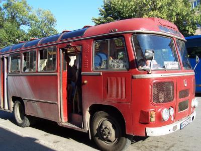 червен автобус ПАЗ 672